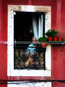 Old man, red wall von Eva-Maria Steger